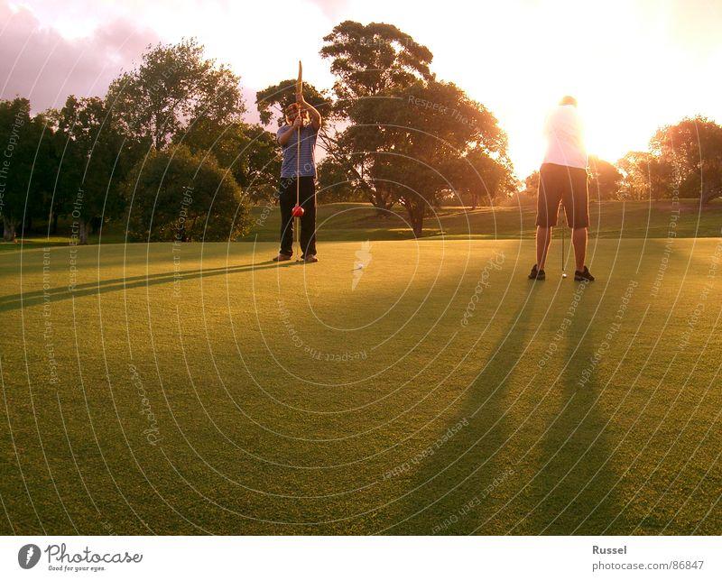 Das letzte Loch Mann Jugendliche grün Sport Spielen Gras Paar Wärme Freundschaft 2 maskulin Platz Rasen Physik Golf Konzentration