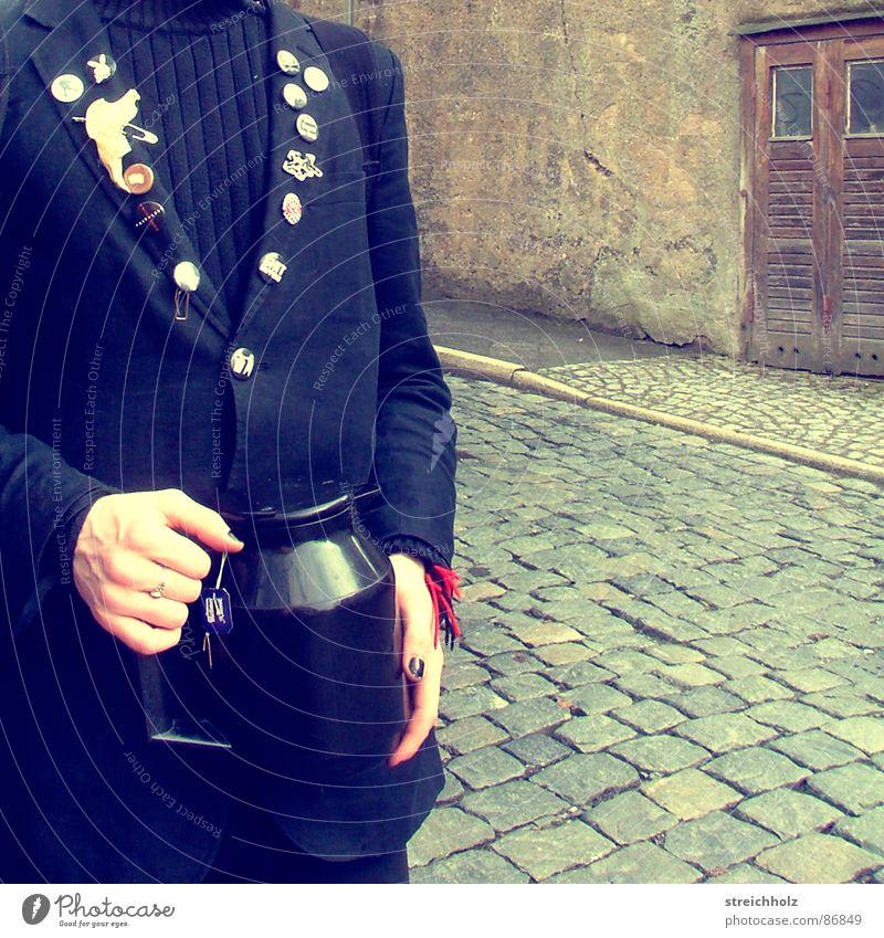 Kaffee für draußen Mensch Straße Traurigkeit Asphalt Tee Café Verkehrswege Straßenbelag Charakter Altstadt Stadtrand Zugang Zutritt Zufahrtsstraße