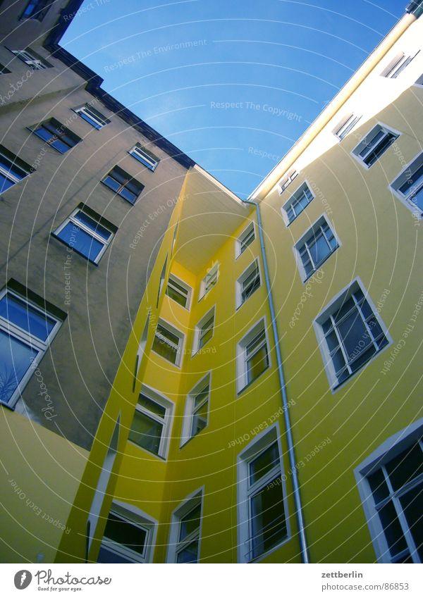 Mittlere Wohnlage VI Haus Fassade Froschperspektive Fenster Stadthaus Berlin aufwärts himmelwärts Zentralperspektive Hinterhof Renoviert Sanieren Renovieren