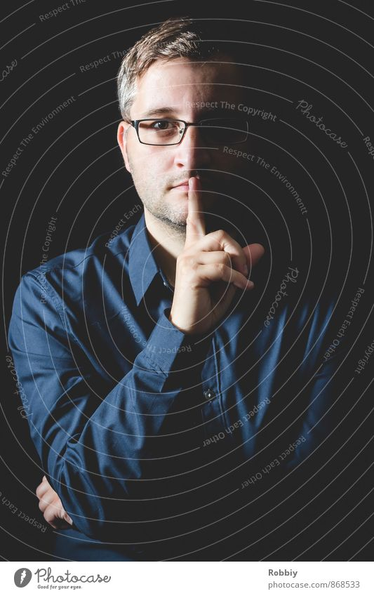 Pssst! Mensch Jugendliche Mann blau ruhig 18-30 Jahre Junger Mann schwarz Erwachsene maskulin stehen Brille Hemd schließen diszipliniert 30-45 Jahre