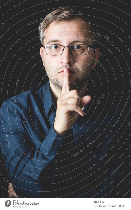 Pssst! II Jugendliche Mann blau ruhig 18-30 Jahre Junger Mann schwarz Erwachsene maskulin stehen bedrohlich Brille Hemd Kontrolle schließen diszipliniert