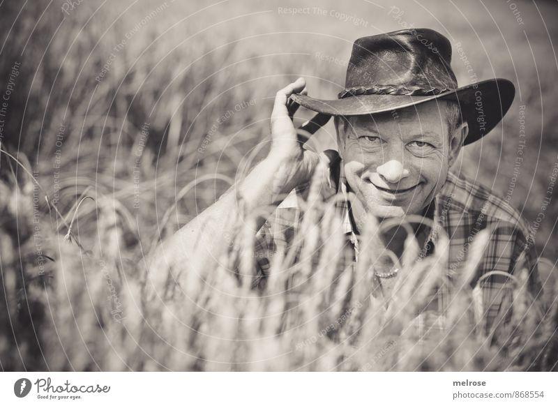 cowboy in the field Mensch Mann Sommer Sonne Hand Landschaft Umwelt Erwachsene Gesicht Glück Freundschaft maskulin Feld Zufriedenheit sitzen 45-60 Jahre