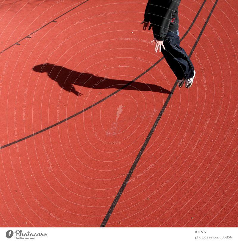 schattenwerfen für fortgeschrittene springen Schatten Spielfeld rot Hand Spielfeldbegrenzung Sport Flugplatz Flughafen Turnschuh lässig hüpfen Leidenschaft