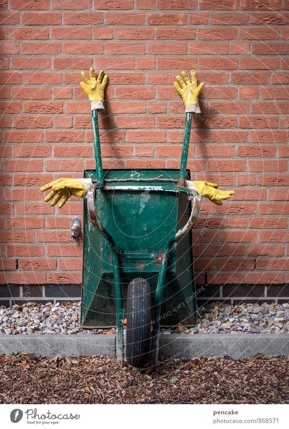 kreuzweise | feierabend! grün gelb Wand Mauer genießen schlafen Zeichen Backstein hängen Skulptur Gartenarbeit Feierabend Handschuhe gekreuzt Backsteinwand