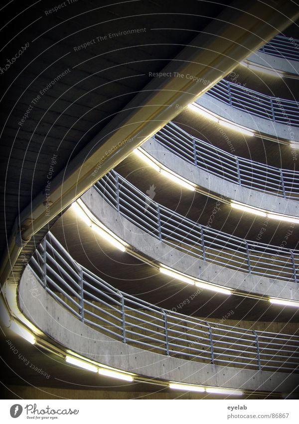 Zentrifugalkraft wirkt nur bedingt auf parkende PKW ! Reling Parkhaus rund Etage Neonlicht Kosten grau Licht mehrstöckig Garage KFZ Verkehr Architektur obskur
