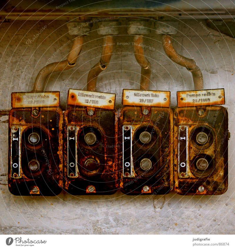 Null und Eins Schalter Elektrizität 8 4 2 leer Wand Putz Rührwerk rechts links Beschriftung Typographie Buchstaben übersichtlich Werkstatt Fabrikhalle
