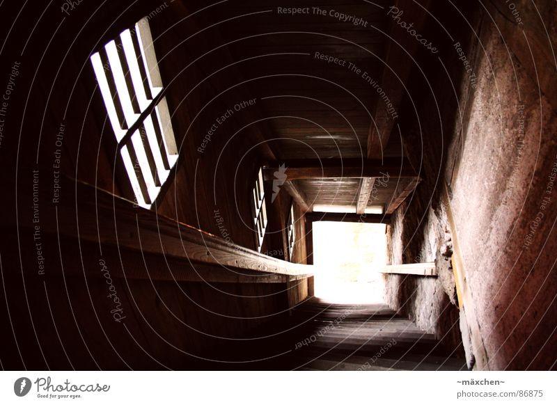 downstairs dunkel Fenster Licht Rothenburg ob der Tauber fremd gefährlich Sturz Holz historisch Deutschland Wahrzeichen Denkmal Treppe dark Geländer Stadtmauer