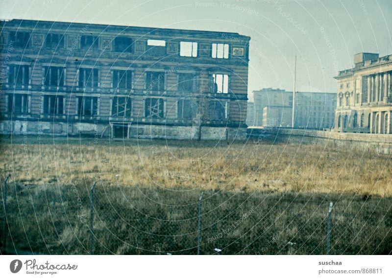 einst in deutschland .. Stadt Hauptstadt Menschenleer Industrieanlage Ruine Gebäude Architektur Fassade Sehenswürdigkeit Beton alt gigantisch Nostalgie Verfall