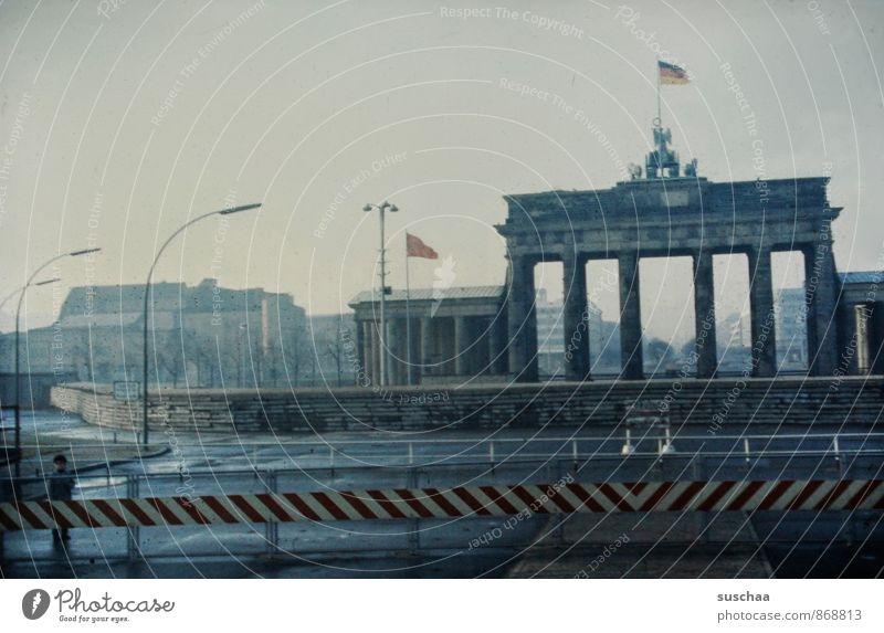 einst in deutschland ..... alt Stadt Architektur Mauer Berlin Beton Vergänglichkeit historisch Bauwerk Vergangenheit Denkmal Wahrzeichen Hauptstadt Sehenswürdigkeit Nostalgie DDR-Flagge