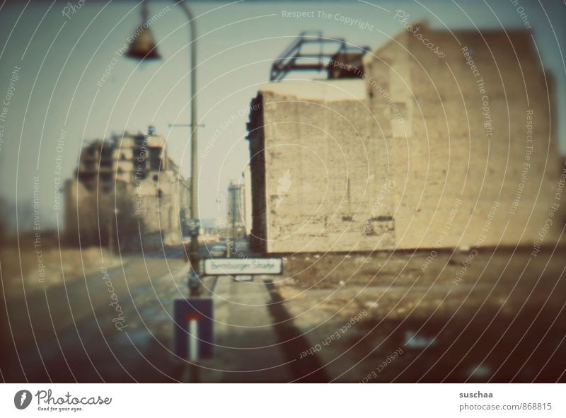 einst in deutschland . alt Stadt Wand Architektur Mauer Gebäude Fassade Beton bedrohlich kaputt Wandel & Veränderung Vergänglichkeit Kultur historisch Bauwerk