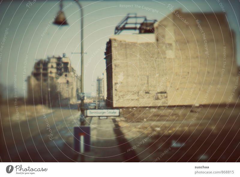einst in deutschland . alt Stadt Wand Architektur Mauer Gebäude Fassade Beton bedrohlich kaputt Wandel & Veränderung Vergänglichkeit Kultur historisch Bauwerk Vergangenheit