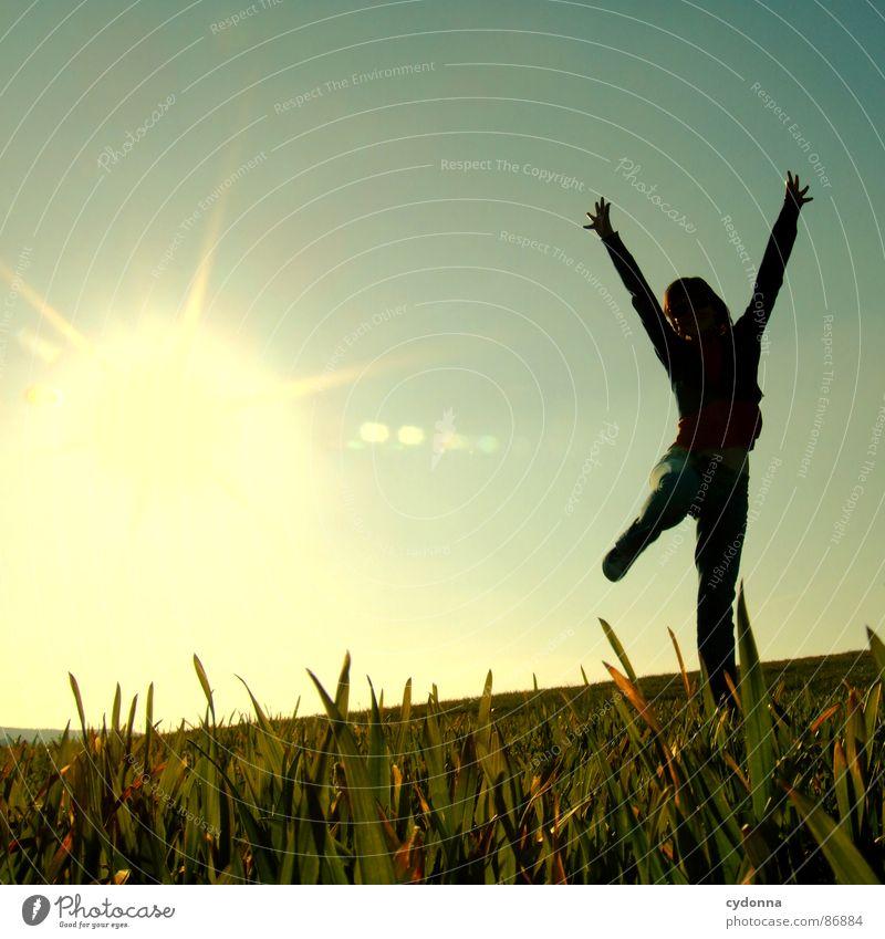 Hoch hinaus III Frau Mensch Natur Sonne grün Freude Wiese Gefühle Stil Gras Frühling Freiheit Landschaft fliegen Körperhaltung Halm