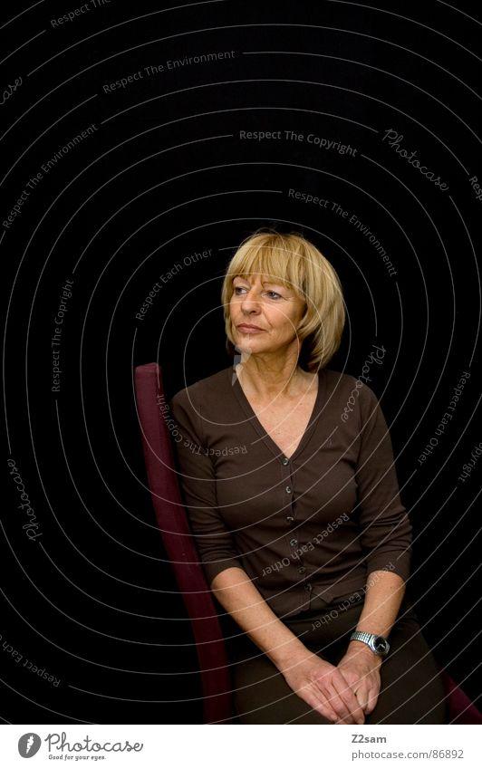 in gedanken Frau Mensch alt rot Gesicht ruhig schwarz Haare & Frisuren Denken blond Arme Stuhl Porträt Seite Gedanke anlehnen