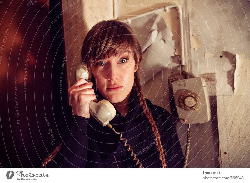 Vermittlung Telefon Technik & Technologie Mensch feminin Junge Frau Jugendliche Erwachsene 1 brünett blond langhaarig Zopf Kommunizieren sprechen