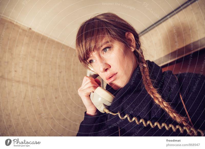 Hotline Mensch Frau Jugendliche schön Junge Frau Erwachsene feminin sprechen träumen trist blond Kommunizieren Coolness Freundlichkeit retro Telefon