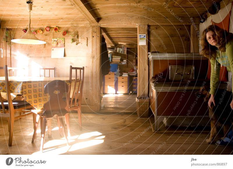 gemütliche Stube! Frau Sonne Haus Fenster Holz Stein Beleuchtung Tür sitzen Tisch Regal Stuhl Wohnzimmer Decke Eisen