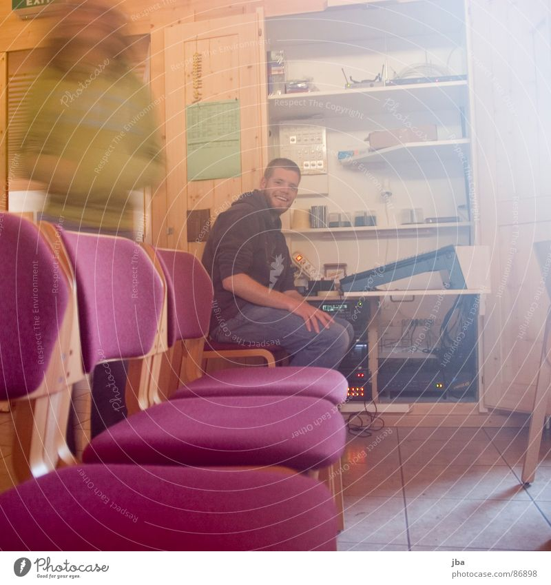 der Techniker rot Arbeit & Erwerbstätigkeit Holz Tür sitzen stehen Stuhl Bodenbelag violett rein Bart grinsen Aktien Sitzreihe Schrank Sonntag