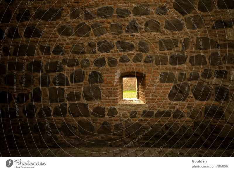 Fenster zum Hof Freiheit Stein Mauer Aussicht Backstein historisch Loch Flucht gefangen Justizvollzugsanstalt Versteck Festung Haftstrafe Grenze