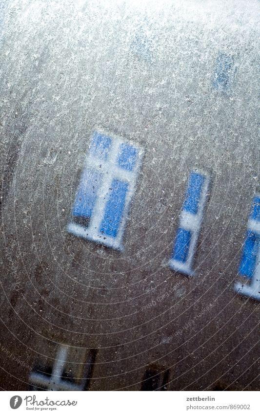 Fenster putzen, ja oder nein? Altbau Berlin Fassade Fensterputzen Haus Hinterhof Innenhof Nachbar Fensterscheibe Scheibe dreckig Sonne trüb wallroth Wohngebiet