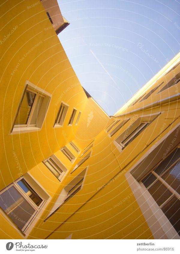 Mittlere Wohnlage VII Haus Fassade Froschperspektive Fenster Stadthaus Wohnhaus Architektur Zentralperspektive Fluchtlinie Fluchtpunkt aufwärts himmelwärts