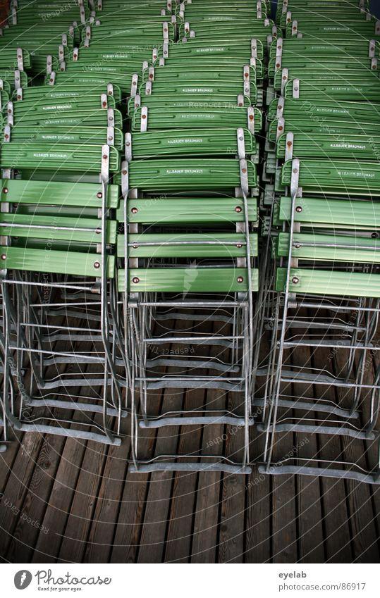 Spät bestuhlt (Vol.2) grün Sommer Herbst Holz Garten Pause Stuhl einfach Gastronomie Möbel Dienstleistungsgewerbe Holzbrett Sitzgelegenheit Gast Insolvenz Feierabend