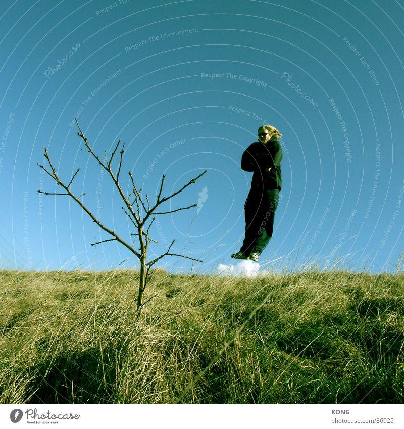 raketenantrieb Himmel Mann blau grün Baum Freude Wolken Wiese Gras Bewegung springen fliegen Luftverkehr Coolness Ast Zweig