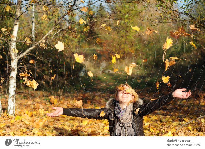 Junge Frau genießt fallende Herbstlaub im Park Lifestyle elegant Freude schön Gesundheit Freizeit & Hobby Garten Mensch Jugendliche Erwachsene Körper Kopf Hand