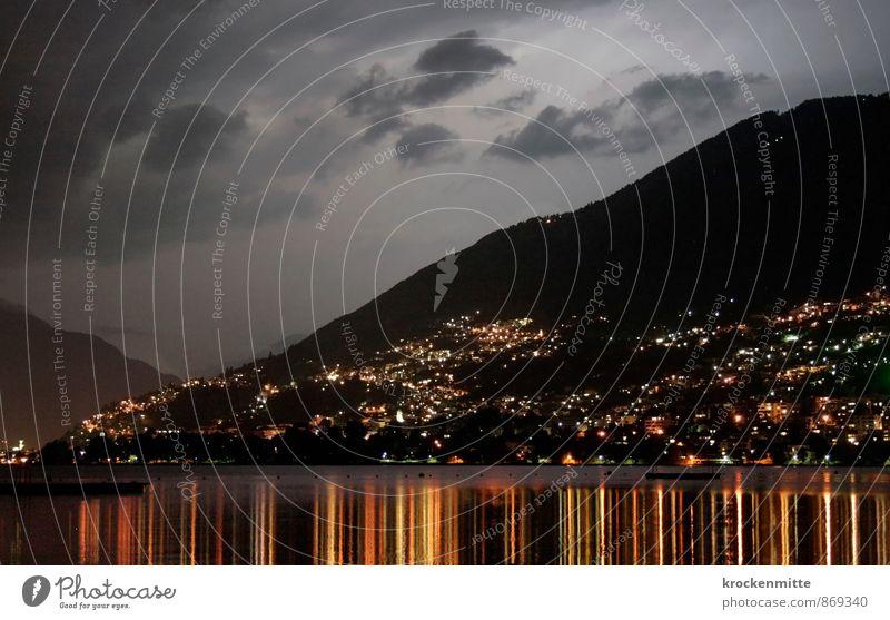 una notte speciale Wasser Himmel Wolken Gewitterwolken Nachthimmel Sommer See Lago Maggiore Dorf Stadt leuchten gelb grau orange Kanton Tessin Schweiz