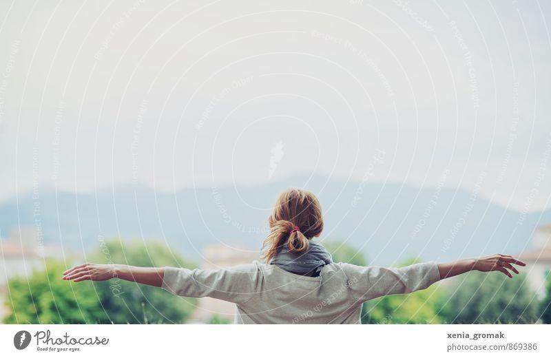 frei Mensch Himmel Natur Ferien & Urlaub & Reisen Jugendliche Sommer Sonne Erholung Junge Frau ruhig Ferne Umwelt Berge u. Gebirge Leben feminin Spielen