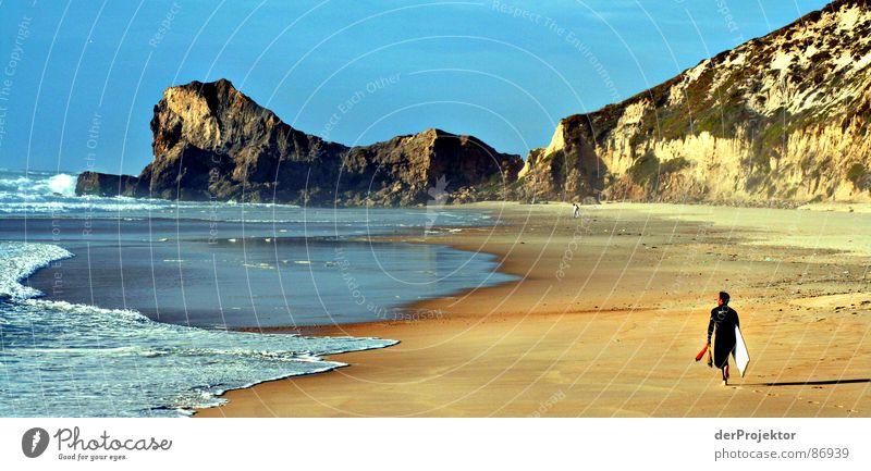 Ein Mann und das Meer Himmel blau gelb Herbst Berge u. Gebirge Sand Wellen Küste Europa Surfen Brandung Surfer Portugal