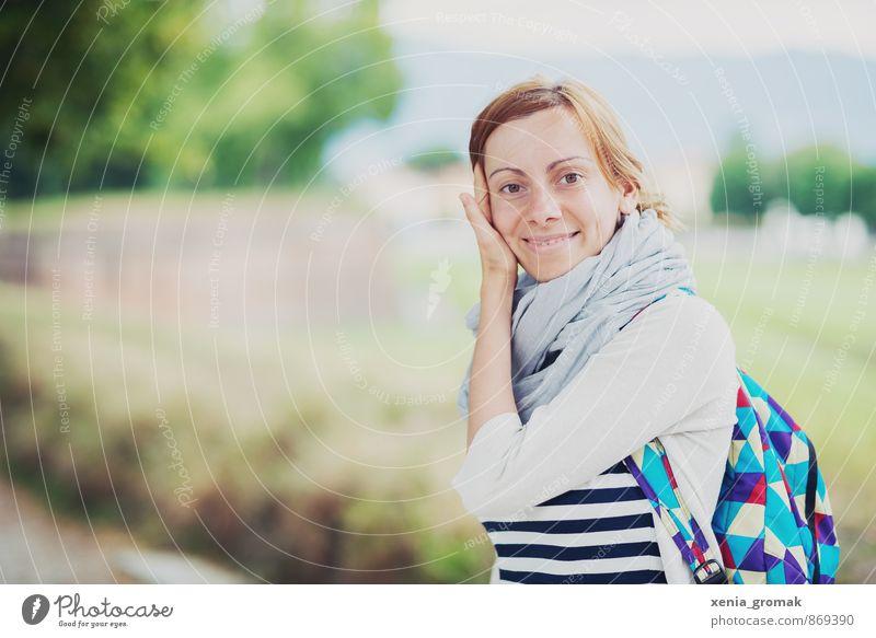 ein Lächeln Mensch Ferien & Urlaub & Reisen Jugendliche Sommer Sonne Junge Frau 18-30 Jahre Ferne Berge u. Gebirge Erwachsene Leben feminin Freiheit Lifestyle