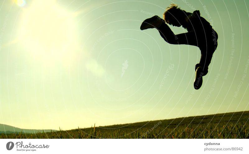 The Bruce Lee Story I hüpfen Wiese Gras grün Stil Sonnenuntergang Körperhaltung Halm Froschperspektive Sonnenstrahlen Kick Fußtritt Kampfsport Gefühle Himmel