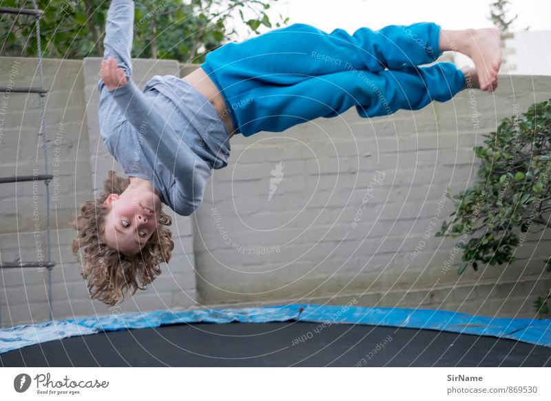 271 [Luftschraube] Mensch Kind Freude Wand Leben Junge Sport Mauer natürlich Spielen Garten fliegen springen Freizeit & Hobby Kindheit Geschwindigkeit