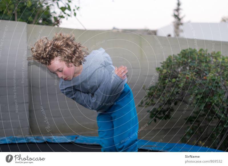 279 [at home, intense] Lifestyle Fitness Leben Freizeit & Hobby Spielen Kinderspiel Trampolin Wohnung Garten Sport-Training Junge Kindheit Haare & Frisuren 1