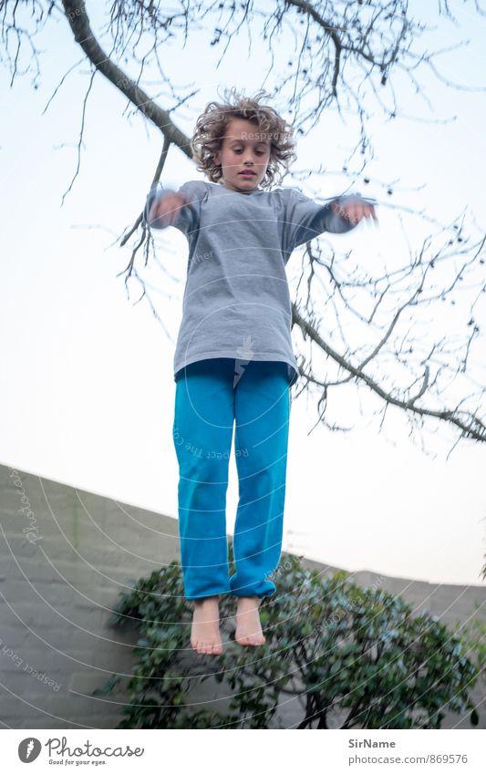 277 [vertikal] Mensch Himmel Kind Natur Jugendliche Wand Leben Junge Sport Mauer Spielen Garten springen Freizeit & Hobby Kindheit Geschwindigkeit