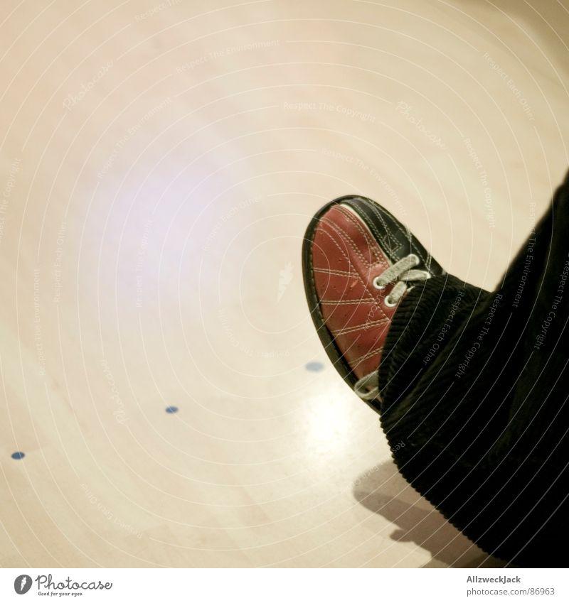 Dude Spielen Freizeit & Hobby Konzentration Wachsamkeit werfen Bündel Ballsport fokussieren Bowling Bowlingbahn Bowlingkugel