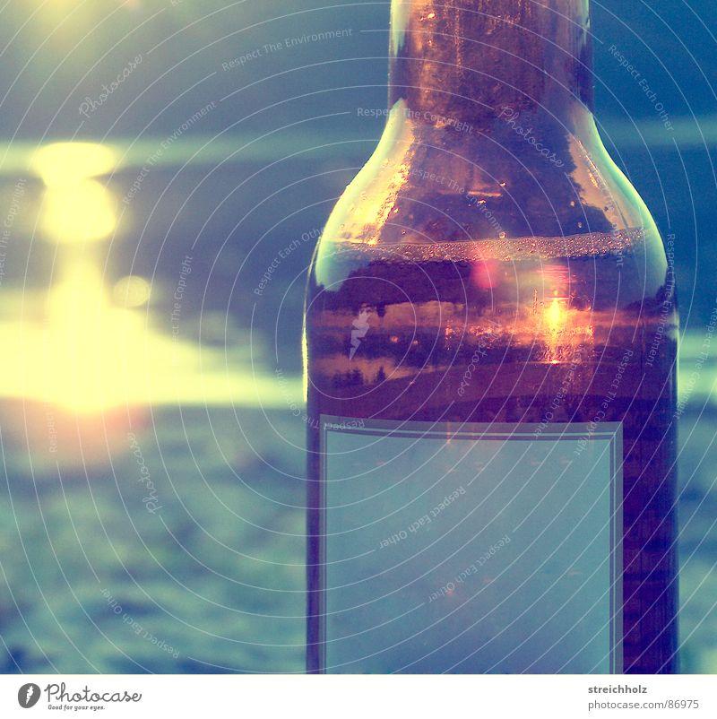 Bieflasch am Strand Wasser Sonne Meer Freude Ferne Traurigkeit Romantik Fluss genießen Flasche Sonnenbad Abenddämmerung Alkohol Lust Bach