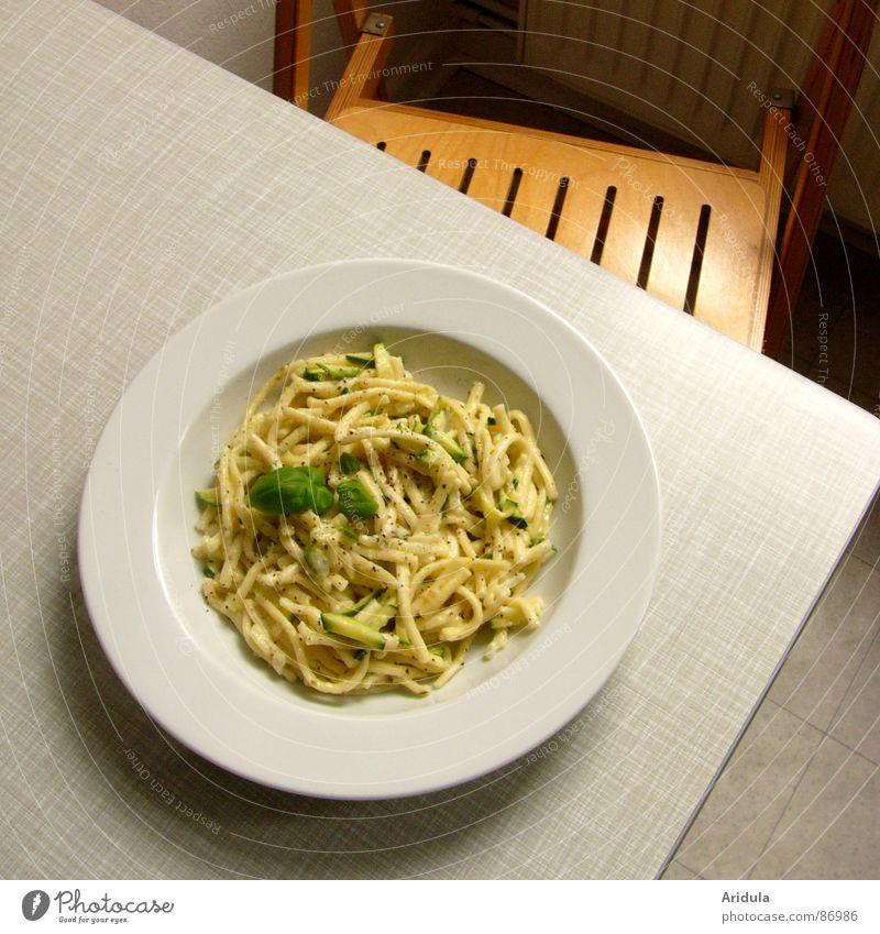 essen ist fertig! Ernährung Tisch Stuhl Küche Speise Gastronomie Appetit & Hunger lecker Teller Mahlzeit Mittagessen Nudeln Vegetarische Ernährung Basilikum