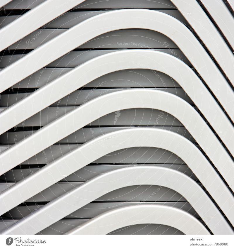 Liegen Ferien & Urlaub & Reisen Sommerurlaub Liegestuhl Kunststoff Linie weiß Ordnung Stapel Farbfoto Gedeckte Farben Außenaufnahme abstrakt Muster