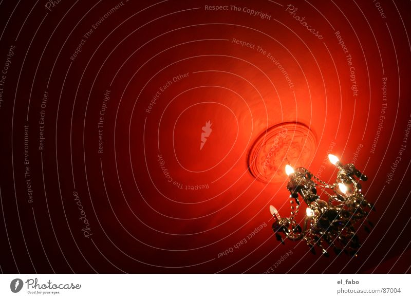 langeweile zu hause Kronleuchter schwarz rot Licht dunkel Reichtum Bla Detailaufnahme rosette (iiiiiih) kaputte glühbirne Schatten verrückt lüster Barock