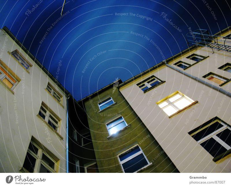 Per Anhalter durch die Galaxis Haus Nacht Fenster Wolken Altbau Mond Himmel blau