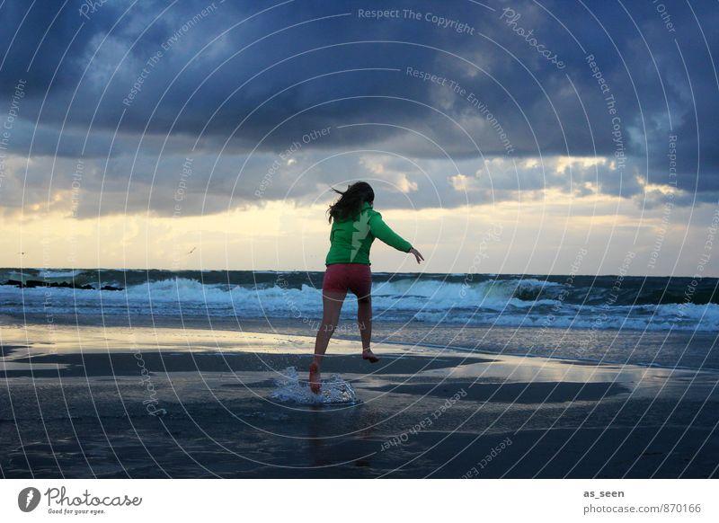 Sprung ins kalte Wasser Mensch Himmel Kind Natur Jugendliche Erholung Landschaft Wolken Umwelt feminin Küste Freiheit Sand springen Luft