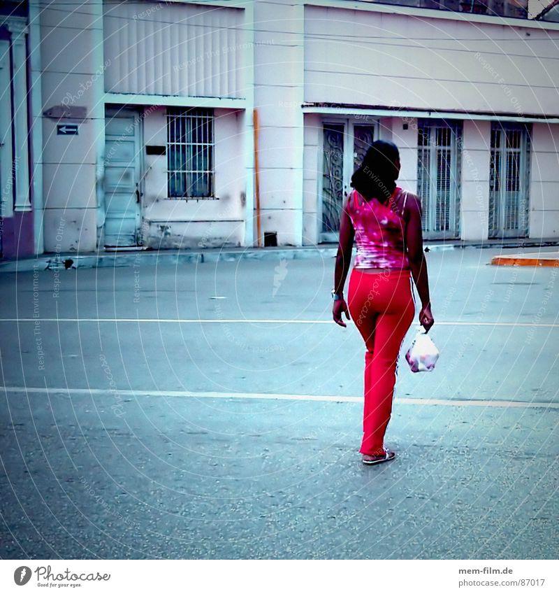 Einkaufsbummel Frau rot Straße Beine kaufen Bodenbelag Spaziergang Gesäß Jeanshose Hinterteil drehen Kuba Tasche Rauschmittel Plastiktüte Beutel
