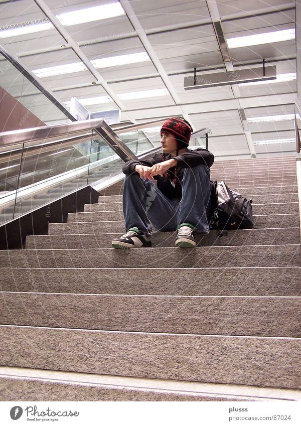 abwarten Mensch Jugendliche Mann Einsamkeit ruhig Junger Mann Erwachsene Denken Stil Stein Kopf träumen maskulin Treppe sitzen warten