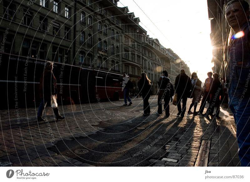 Spittelgass Mensch Sonne rot Haus Straße Berlin Fenster grau gehen fahren stehen Spaziergang Bodenbelag Schweiz Reihe Bus