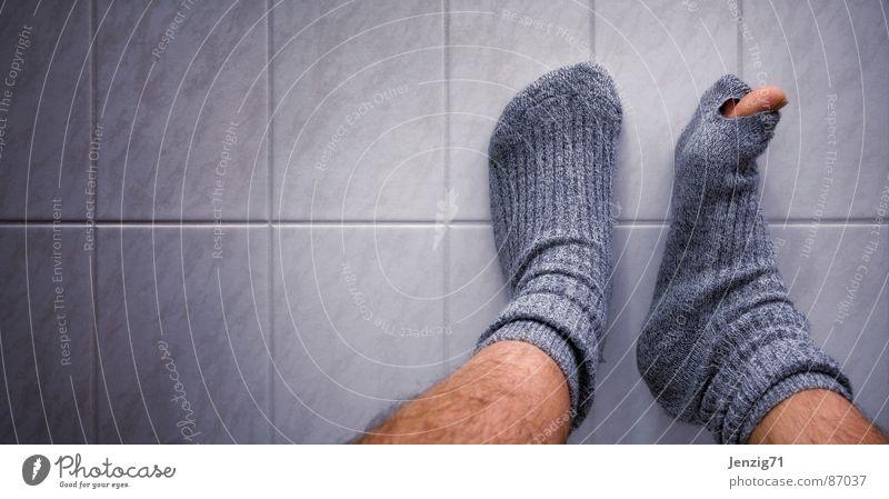 Materialermüdung. Fuß Beine gehen laufen Bekleidung Bodenbelag kaputt Fliesen u. Kacheln Loch Strümpfe Zerstörung Gelenk wegfahren Wade stricken