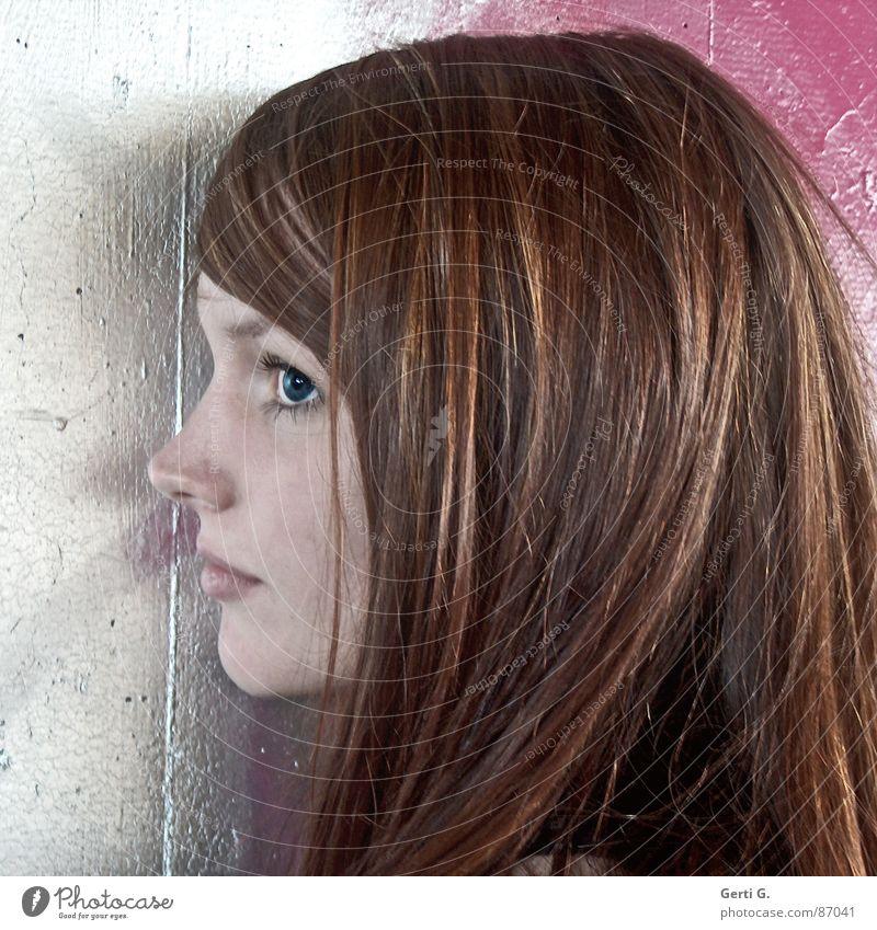 einseitig Mensch Frau blau schön Auge Mauer rosa Fassade Nase Perspektive zart Vertrauen silber langhaarig rothaarig