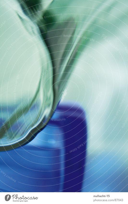 kontruKt grün Farbe glänzend Glas Dinge Strahlung Becher unklar trüb Lichtbrechung schemenhaft Lichteinfall Lichtschein produzieren Wasserglas