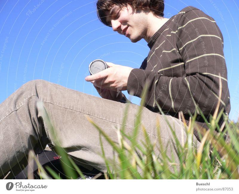 Auf Gras Mensch Himmel grün Wiese Gras sitzen maskulin Sportrasen Objektiv