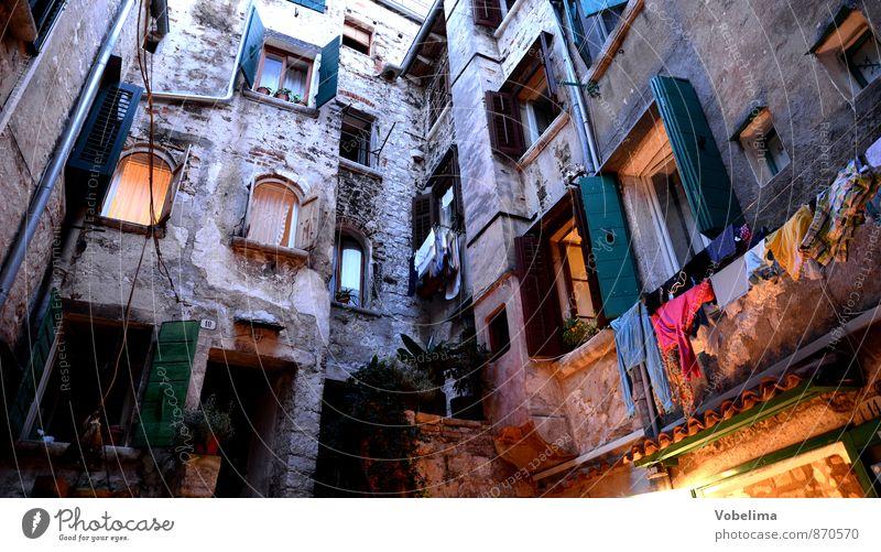 Häuser in Rovinj, abends Tourismus Häusliches Leben Haus Dorf Hafenstadt Altstadt Bauwerk Gebäude Architektur Mauer Wand Fassade Fenster alt Armut braun gelb